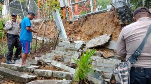 Warga dan petugas melihat peristiwa longsor tebing Gunung Kayee Aceh dalam peristiwa hujan lebat, Senin (1/10/2018) malam. Tower BTS Telkomsel tersebut hanya tinggal waktu rubuh karena tebing gunung yang runtuh sudah menyentuh beton dua tapak tower.    Artikel ini telah tayang di serambinews.com dengan judul Longsor di Lembah Sabil Abdya, Tower Telkomsel Terancam Roboh, http://aceh.tribunnews.com/2018/10/02/longsor-di-lembah-sabil-abdya-tower-telkomsel-terancam-roboh. Penulis: Zainun Yusuf Editor: Fatimah