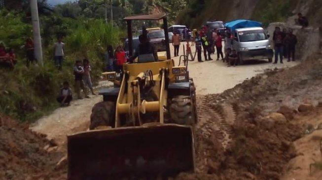 Bencana alam tanah longsor yang menutup badan jalan sepanjang 30 meter di Jalan Poros Mambi - Aralle tepatnya di Takurimbi, Desa Bujungmanurung, Kecamatan Mambi, Kabupaten Mamasa, Sulbar. (Jo Alexander/Trans89.com)